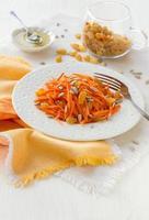 insalata di carote con uvetta, semi di girasole e miele foto
