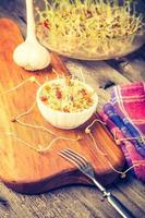foto d'annata dell'insalata fresca dei germogli della lenticchia e del grano