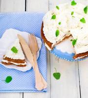 torta di carote con crema di ricotta foto