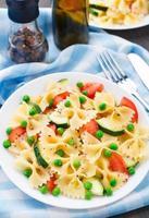 pasta con zucchine, pomodori e piselli foto