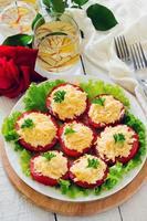 insalata di formaggio spuntino su fette di pomodoro foto