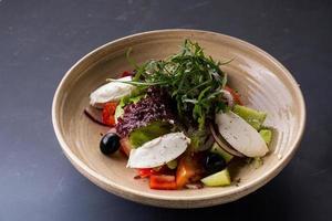 insalata di verdure con formaggio foto