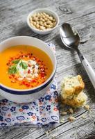 zuppa di zucca in tazza di ceramica bianca foto