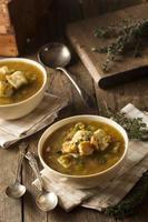 zuppa di piselli spezzata fatta in casa foto