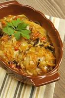 cavolo ripieno con salsa decorata con prezzemolo