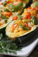 cibo vegetariano: zucchine al forno ripiene di verdure foto