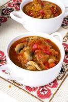 letcho con paprika, zucchine e funghi champignon foto