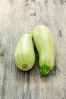 le due zucchine su fondo di legno foto