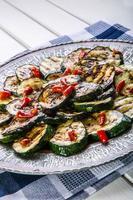 zucchine. zucchine grigliate. fette di zucchine grigliate su un piatto.