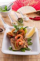 gamberi con pesce e verdure