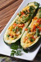 zucchine ripiene di verdure e formaggio primo piano foto