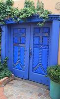 porte blu nel centro storico di albuquerque foto
