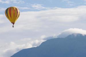 palloncino sopra il sandias nuvoloso - secondo foto