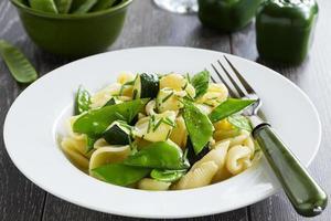 pasta con zucchine e peperoni verdi.