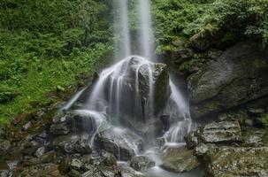 la cascata cade con le rocce foto