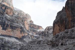 rocce colorate tra le nuvole foto