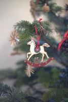 albero di natale con cavallo a dondolo foto