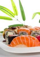 i sushi hanno messo sul piatto bianco sopra fondo bianco foto