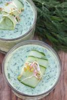 zuppa fredda di cetriolo e aneto. foto