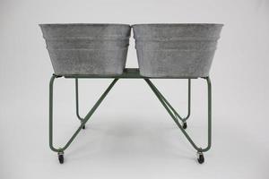 Vasche d'annata del bacino idrico del metallo sul carretto verde, studio isolato foto
