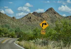 forte curva a 30 miglia orarie su strada di montagna foto