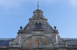affresco e cima della facciata del teatro di Gand. foto
