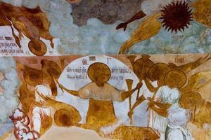 antico affresco su una parete della chiesa foto