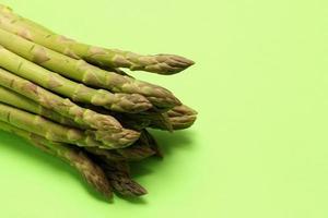 asparagi su sfondo verde foto