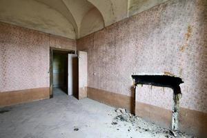 vecchia sala affrescata abbandonata foto
