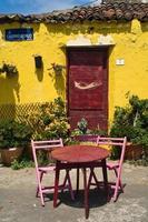 fachada de casa con sillas y mesas foto