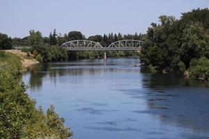 american river e sacramento's j street bridge foto
