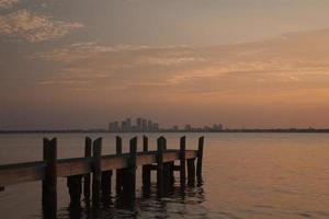 skyline di tampa bay all'alba