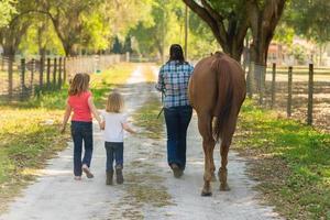 famiglia con un cavallo foto