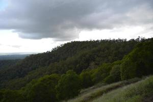 tempesta contro la catena montuosa.