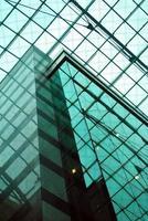 all'interno di un edificio di vetro foto