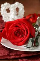 tavola romantica con rose per le vacanze. San Valentino foto