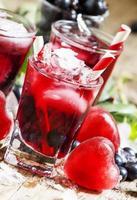 cocktail rosso freddo con frutti di bosco foto