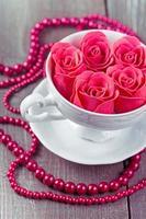 rose rosa in una tazza foto