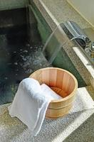 secchio da bagno con un asciugamano foto