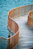 ponte di legno in cima all'acqua foto