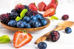 grappolo di frutti di bosco e menta foto