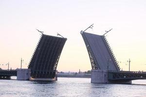aprire il ponte del palazzo dal fiume Neva foto