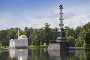 """colonna di chesme e padiglione """"bagno turco"""". parco di catherine. Puskin. Petersburg foto"""