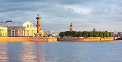 isola vasilevsky, colonne rostrali, san pietroburgo, russia foto