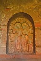 il bassorilievo sul muro di un'antica pagoda, bagan foto