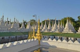 pagoda di kuthodaw - il più grande libro del mondo, Mandalay, Birmania foto