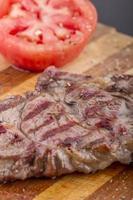 bistecche alla griglia e verdure su un piatto con plexiglass