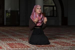 umile donna musulmana di preghiera foto