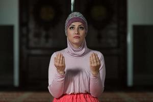 giovane donna musulmana che prega foto