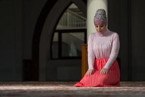 giovane donna musulmana che prega